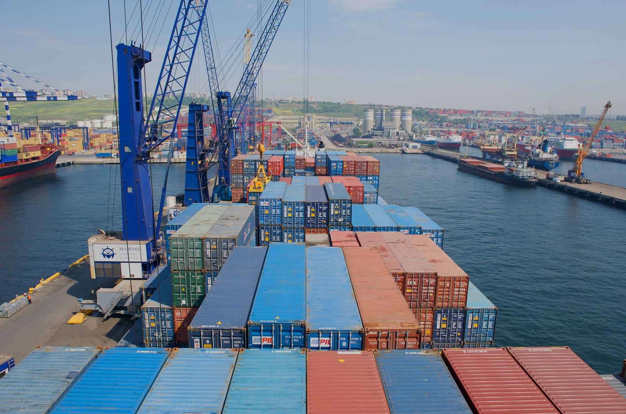Konecranes Gottwald mobile harbor crane container handling spreader