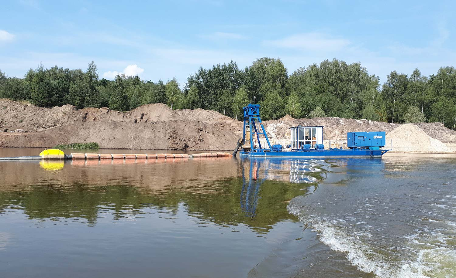 MHM rental dredge for pumping of sand and gravel in quarries